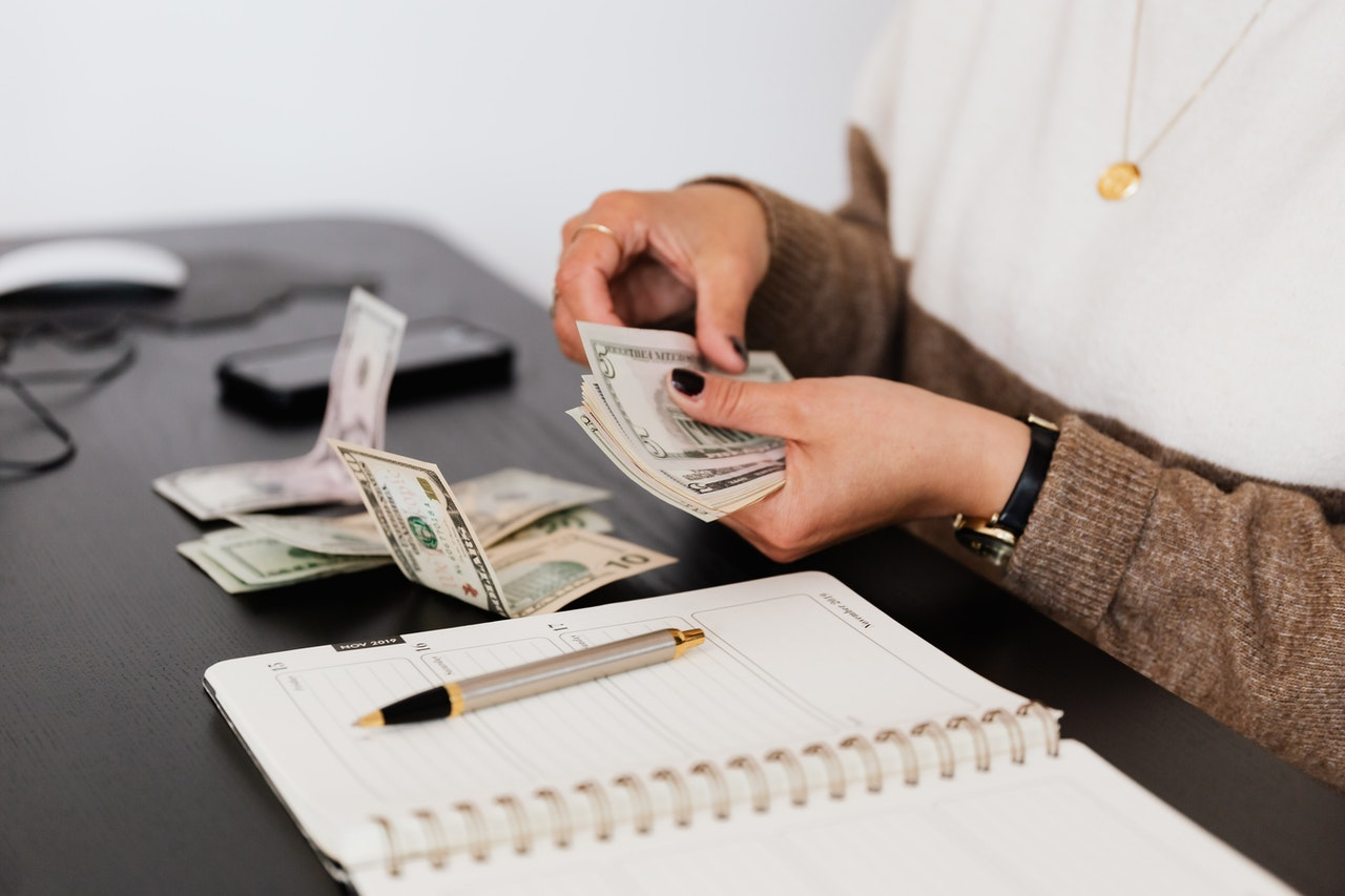 9-insanely-effective-tips-to-live-on-a-tight-budget-comfortably-and-relieve-the-financial-stress-while-budgeting-and-saving-the-right-way